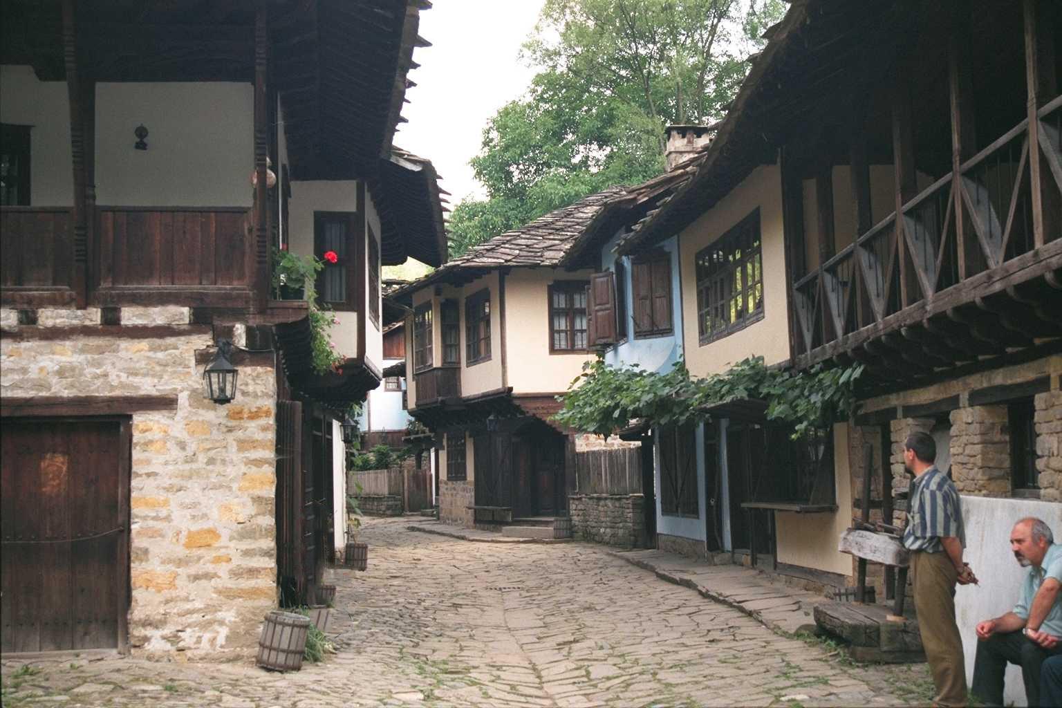 古代都市ソゾポルの石畳と2階の張り出た家屋