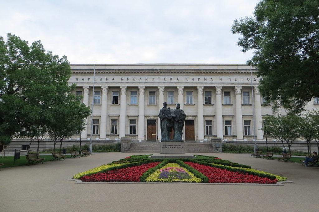 ブルガリア・ソフィア 国立図書館と兄弟の銅像